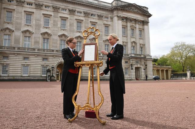 画像: 2018年4月、ルイ王子誕生の際にバッキンガム宮殿前に設置された黄金のイーゼル。