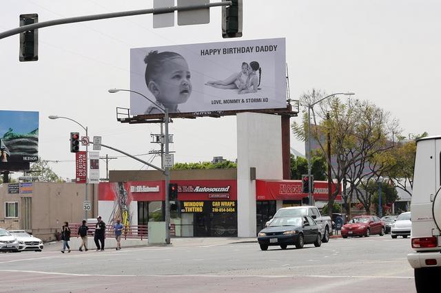 """画像1: カイリー・ジェンナーの「夫」への誕生祝いの伝え方がさすが""""最年少億万長者"""""""