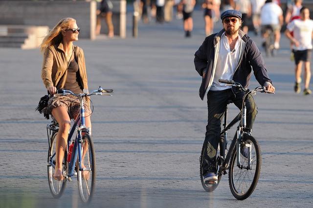 画像: 2012年夏、ニューヨーク・マンハッタンでサイクリングデートを楽しむエリンとレオナルド。