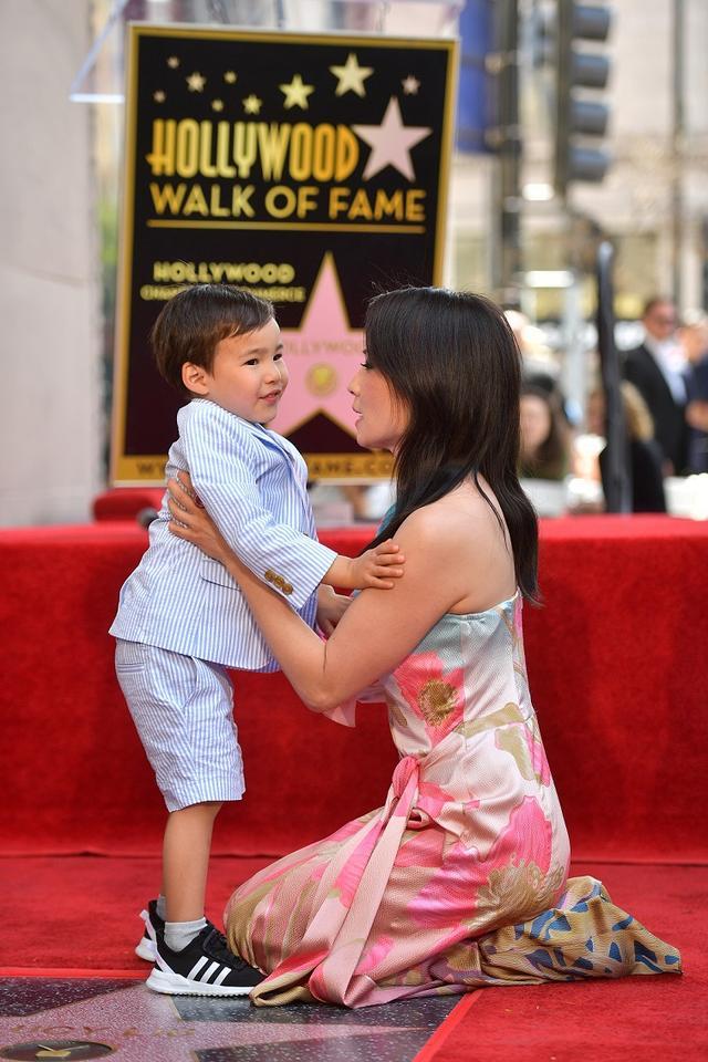 画像: セレモニーには代理母出産により2015年に誕生した長男のロックウェルくんも参加。可愛らしいキスでママの栄誉を祝福した。