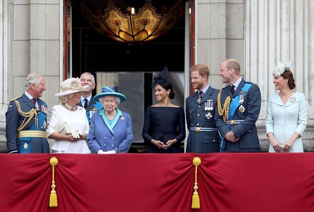 画像: 左から:チャールズ皇太子、カミラ夫人、エリザベス女王、メーガン妃、ヘンリー王子、ウィリアム王子、キャサリン妃。