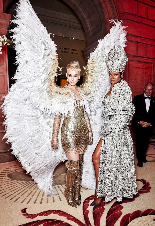 画像: ケイティ・ぺリーとリアーナ。「ヘヴンリーボディ:ファッションとカトリックのイマジネーション」がテーマだった2018年のメットガラより。