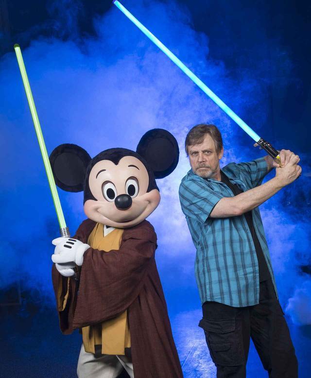 画像: 『スター・ウォーズ』シリーズでルーク・スカイウォーカーを演じる俳優のマーク・ハミル(右)。