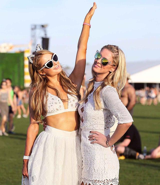 画像: 妹ニッキー(右)と音楽フェスを楽しむパリス。UVケアが完璧なら野外フェスだって怖くない!