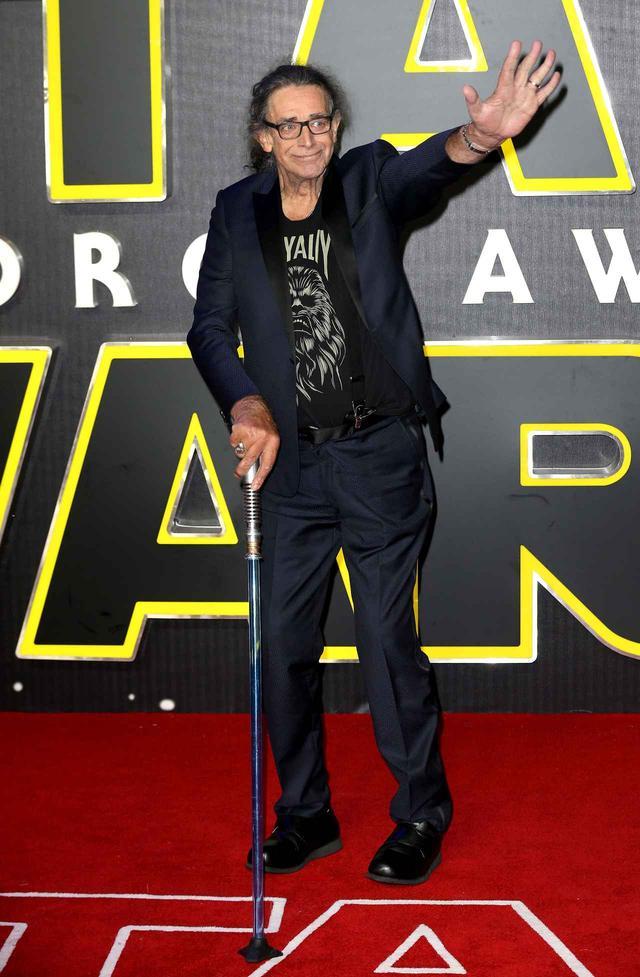 画像: 2015年公開の映画『スター・ウォーズ/フォースの覚醒』のプレミアイベントで、ジェダイの騎士やシスの暗黒卿が持つ架空の武器「ライトセーバー」を模した杖を手にレッドカーペットを歩くピーター。