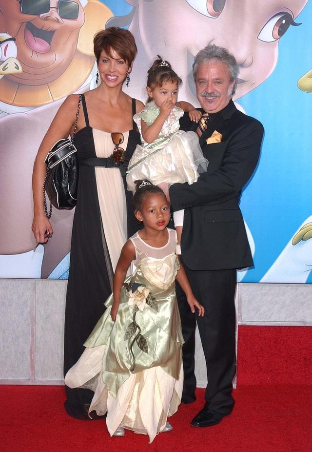 画像: 2009年、妻ステファニーと娘たちを連れてアニメ『プリンセスと魔法のキス』のプレミアを訪れたジム。同作では蛍のレイ(レイモンド)の声を担当した。