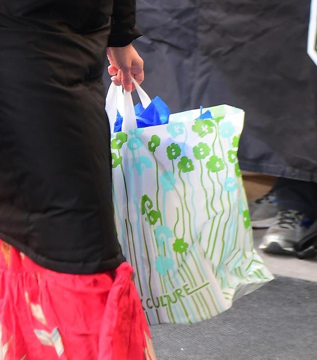 画像2: 【ヒント1】 ベビーシャワー・ギフトの包み紙