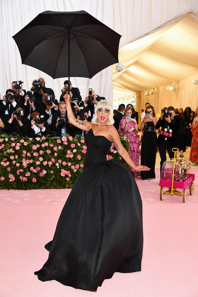 画像4: レディー・ガガ、ファッションの祭典レッドカーペットでどんどん脱ぐ!【メットガラ2019】