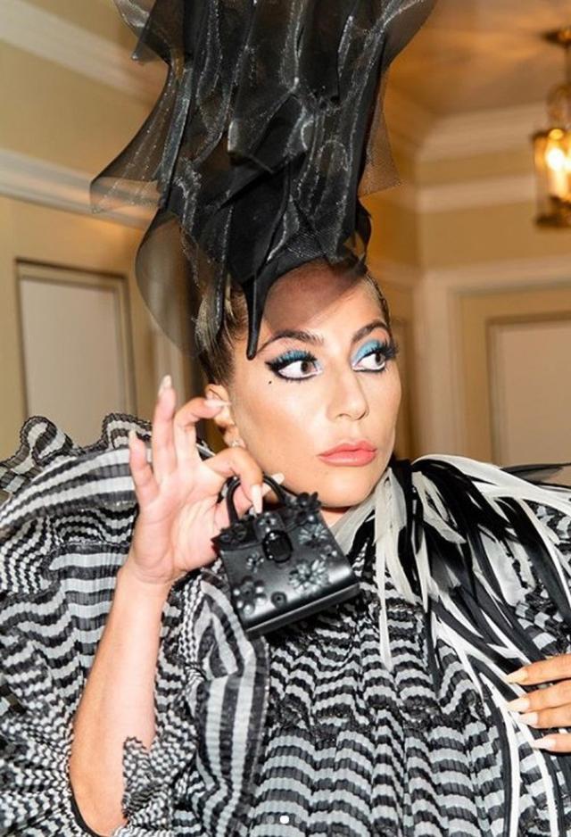 """画像: 2枚目のショットは完全にバッグが""""メイン""""。©Lady Gaga/ Instagram"""