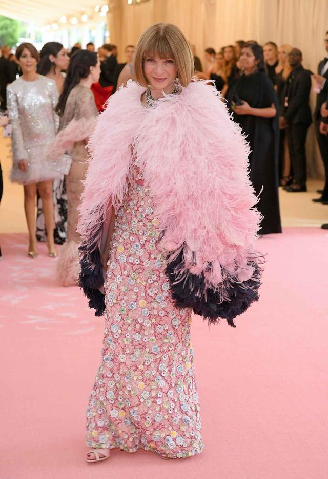 画像: 主催者のアナ・ウィンターは、Chanelのケープ。