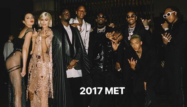 画像: ケンダルが公開した妹カイリー・ジェンナーやP・ディディ、ウィズ・カリファ、ジェイデン・スミス、ラップグループのミーゴスらと写った2017年のメットガラでの1枚。©Kendall Jenner/ Instagram