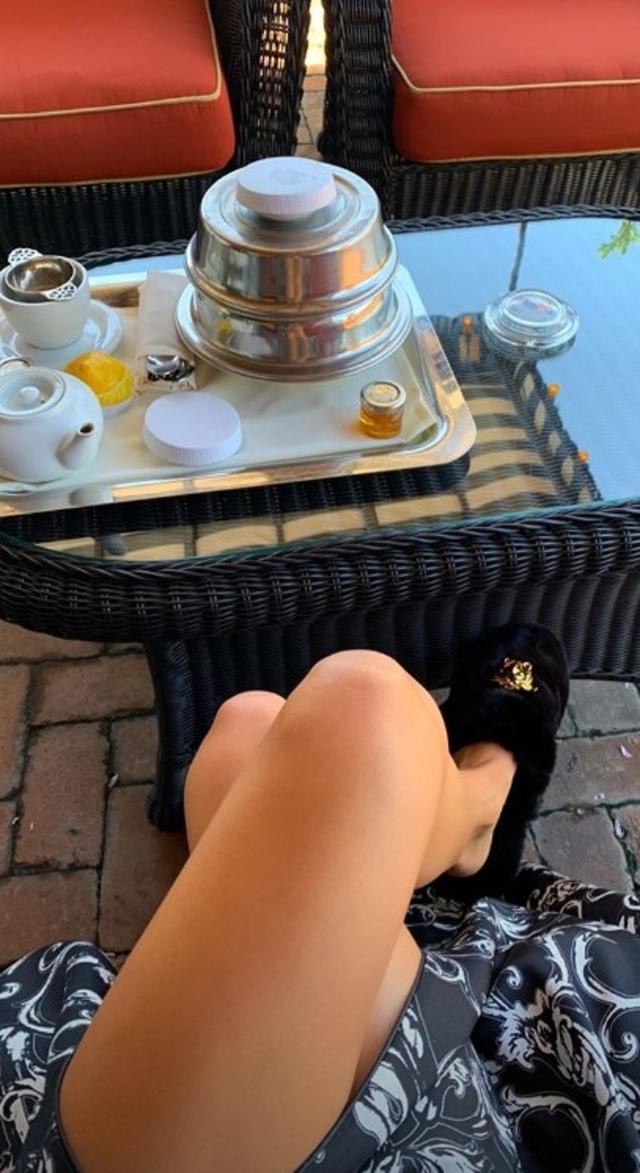 画像: ケンダルのブランチ風景。メタル製のカバーの中にはどんなメニューが? ©Kendall Jenner/ Instagram