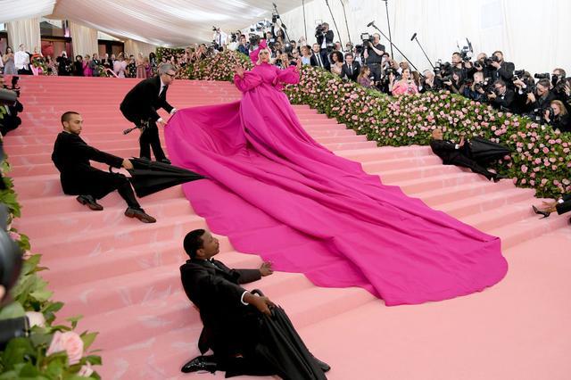 画像3: レディー・ガガ、ファッションの祭典レッドカーペットでどんどん脱ぐ!【メットガラ2019】