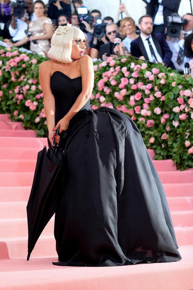 画像5: レディー・ガガ、ファッションの祭典レッドカーペットでどんどん脱ぐ!【メットガラ2019】