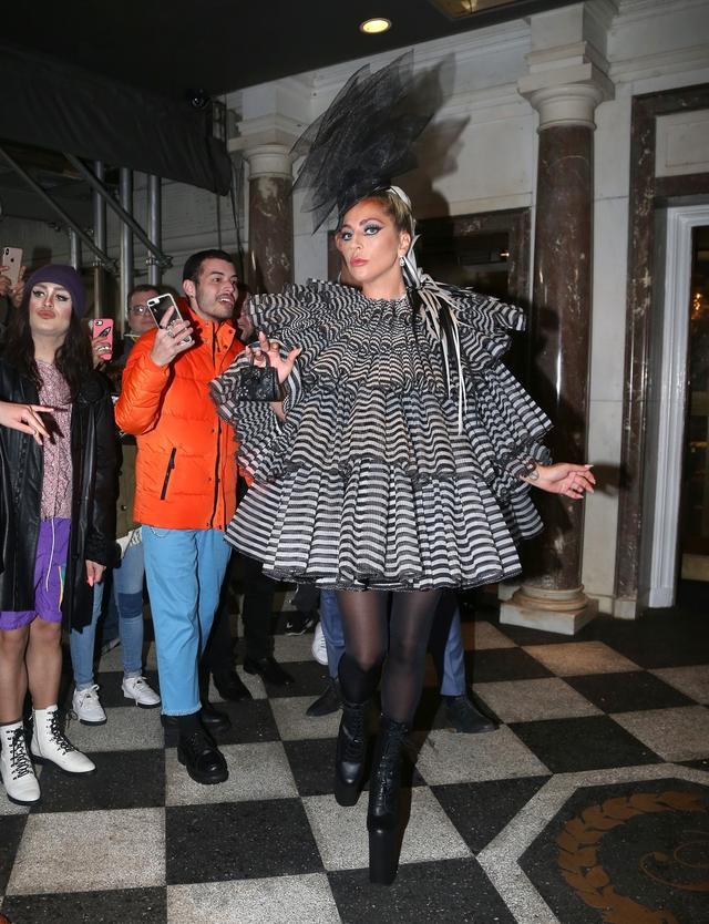 画像1: レディー・ガガ、メットガラ前夜祭に「何も入らないバッグ」を持参