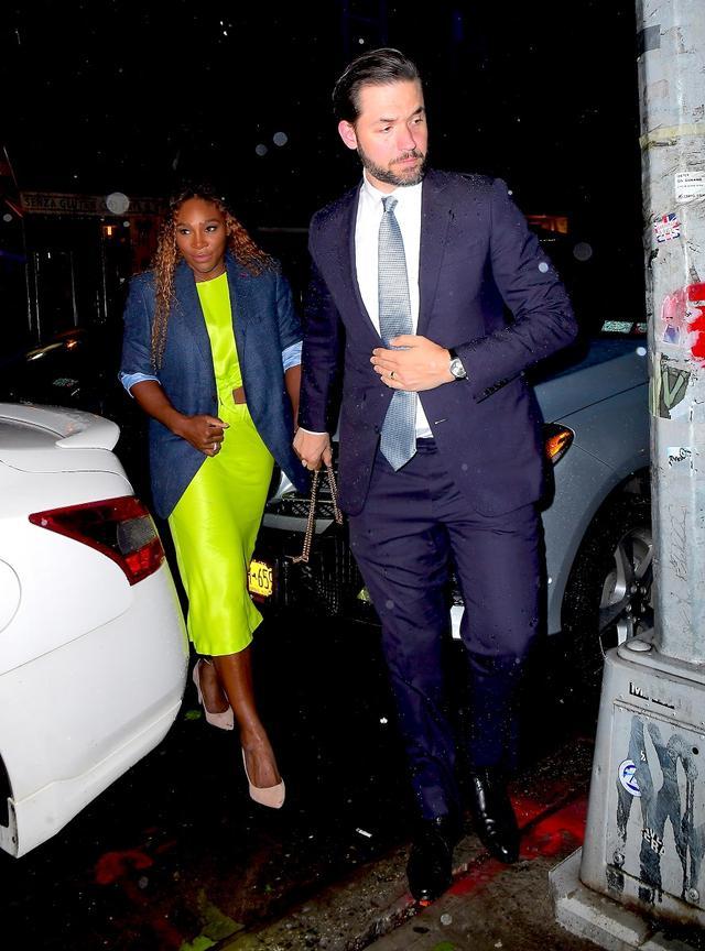 画像: 同じくホストを務めるテニス選手のセリーナ・ウィリアムズ。夫を同伴。