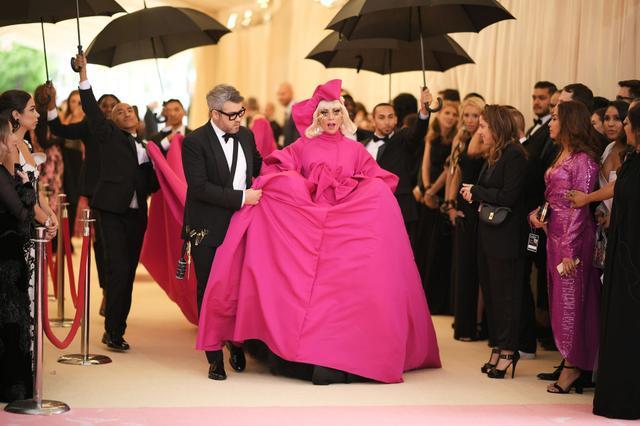 画像1: レディー・ガガ、ファッションの祭典レッドカーペットでどんどん脱ぐ!【メットガラ2019】