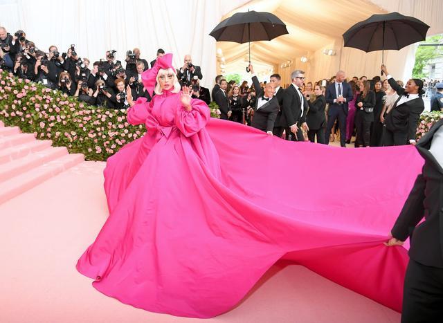 画像2: レディー・ガガ、ファッションの祭典レッドカーペットでどんどん脱ぐ!【メットガラ2019】