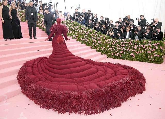 画像3: カーディの奇抜なドレスが話題を独占