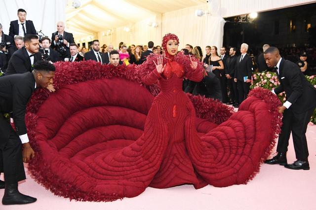 画像1: カーディの奇抜なドレスが話題を独占