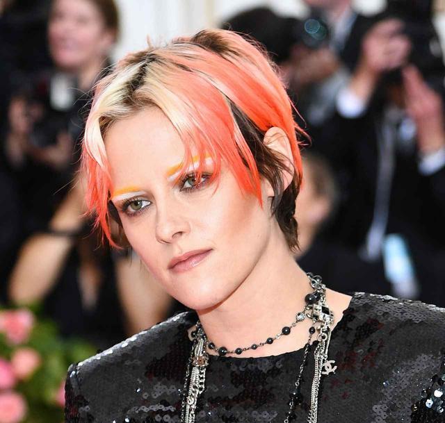 画像2: クリステン・スチュワート、髪も眉毛もオレンジの奇抜ルックがかっこよすぎる【メットガラ2019】