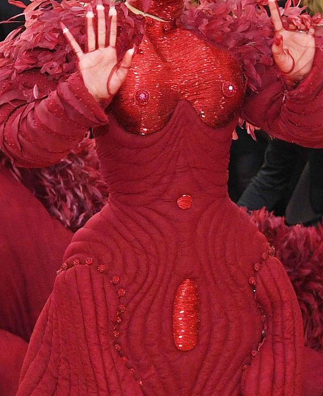 画像2: カーディの奇抜なドレスが話題を独占