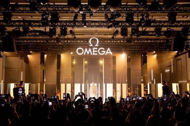 画像2: オメガの世界初「プラネット オメガ エキシビション」にエディ・レッドメインが登場