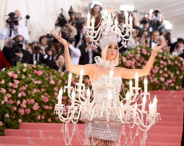 """画像1: 会場全体を""""明るく灯す""""ドレスで登場"""