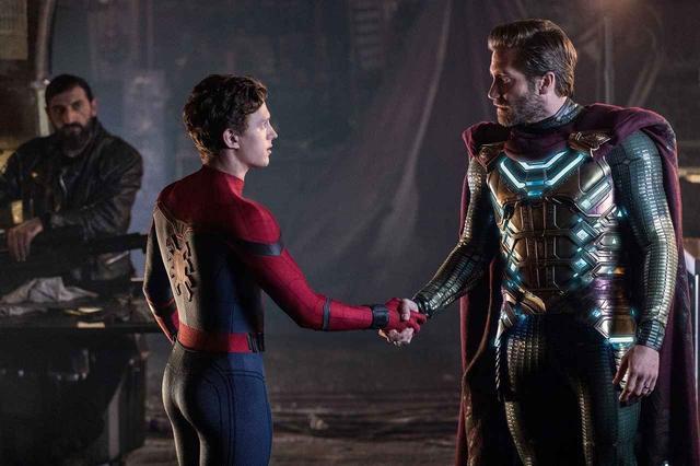 """画像: トム・ホランド演じるスパイダーマンことピーター(左)と、本作から新たに登場するジェイク・ギレンホール演じる""""ミステリオ""""ことベック(左)。"""