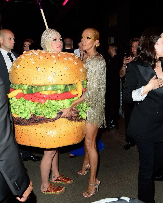 画像: 大御所歌姫セリーヌ・ディオンとハンバーガー姿で話し込むケイティ。