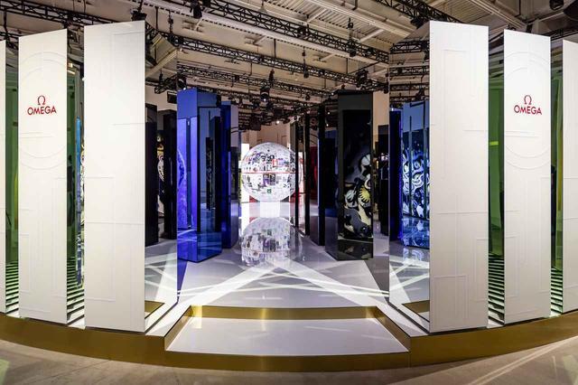 画像4: オメガの世界初「プラネット オメガ エキシビション」にエディ・レッドメインが登場
