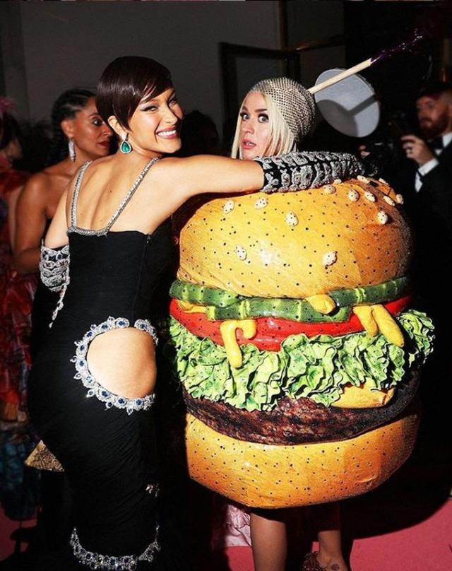 画像: モデルのベラ・ハディッドにキャッチされるハンバーガー・ケイティ。©Entertaiment Tonight/ Instagram www.instagram.com