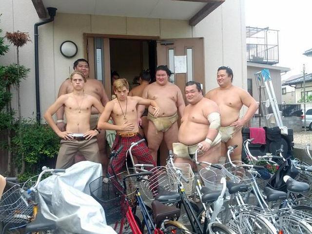 画像: スプラウス兄弟も半裸になって境川部屋の力士たちと記念撮影。©Shin Koyamada/Twitter