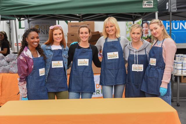 画像: 左から:女優のシャノーラ・ハンプトン、ジョアンナ・ガルシア、レイトン・ミースター、マリン・アッカーマン、ジェニー・ガース、ジェニーの娘で女優として活躍するルカ・ベラ・ファシネリ。