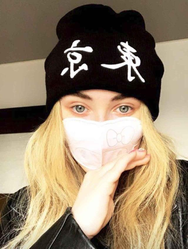 画像: 来日中に「東京」ニットとマスクで完全武装!©Sabrina Carpenter/Instagram