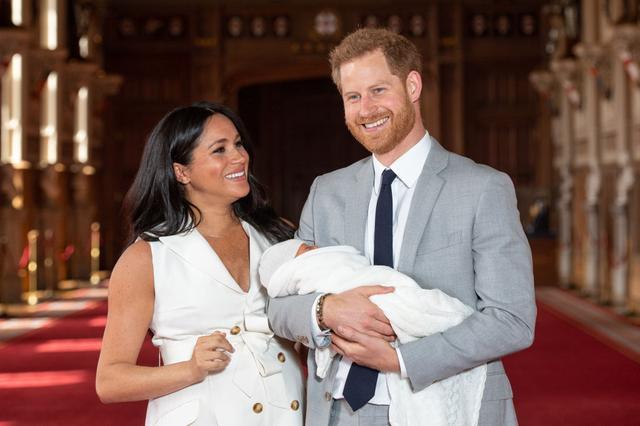 """画像: 第1子「アーチー」お披露目会見で父ヘンリー王子が見せた""""型破りな行動""""とは?"""