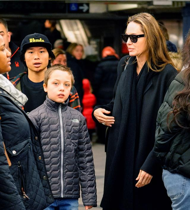 画像6: アンジェリーナ・ジョリー家が地下鉄に乗車!ニューヨーカーがまさかの反応