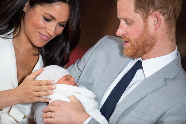画像: メーガン妃はヘンリー王子と誕生したばかりのアーチーについて「私には世界で一番素晴らしい2人の男性がいます。最高に幸せです」と幸せそうにコメント。