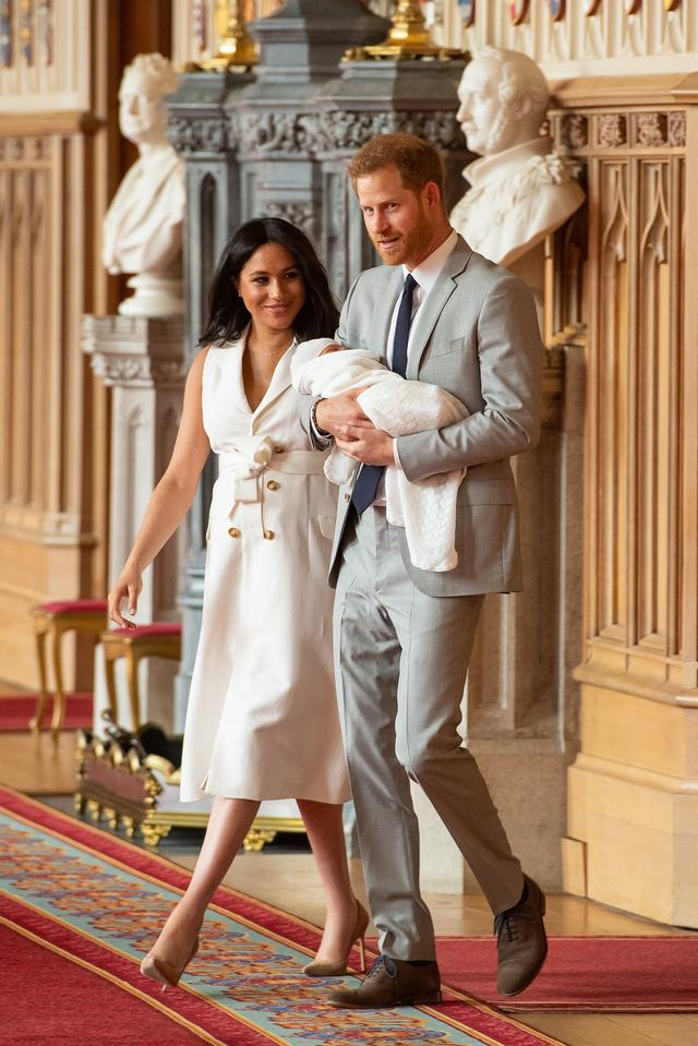 画像: アーチーを抱いて会見の場に出て来たヘンリー王子。