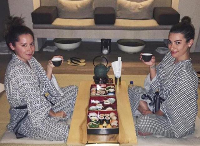 画像: 友人である女優のリア・ミシェル(右)と共にLAのスパでお寿司を堪能。©Lea Michele/Instagram