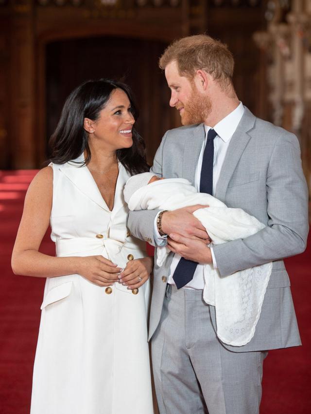 画像1: ヘンリー王子&メーガン妃がロイヤルベビーをお披露目!