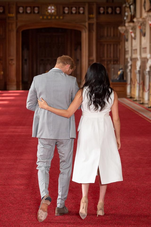 画像: ヘンリー王子はメーガン妃にベビーを手渡すことなく、大事そうに抱いたまま退場。