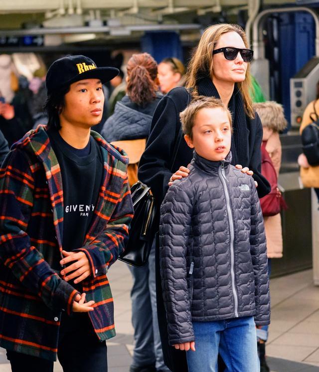 画像5: アンジェリーナ・ジョリー家が地下鉄に乗車!ニューヨーカーがまさかの反応