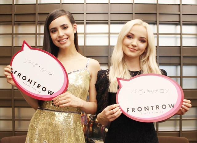 画像: ダヴとソフィアが初の日本語サインに挑戦!©フロントロウ編集部