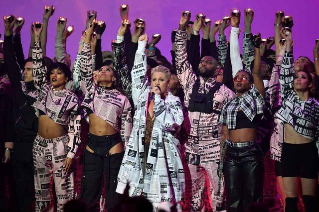 画像: BRIT AWARDS 2019では、新曲「ウォーク・ミー・ホーム」を含むヒット曲メドレーをパフォーマンス。