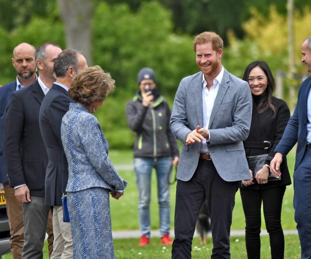 """画像1: ヘンリー王子、長男「アーチー」誕生後初の出張ですっかり""""パパの顔"""""""