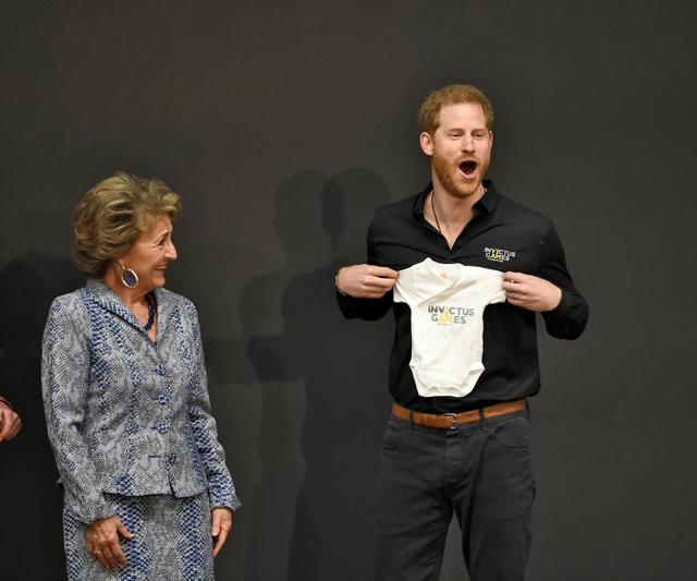 """画像3: ヘンリー王子、長男「アーチー」誕生後初の出張ですっかり""""パパの顔"""""""