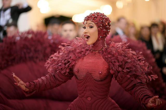 画像: ドレスをデザインしたのはトム・ブラウン(Thom Browne)。