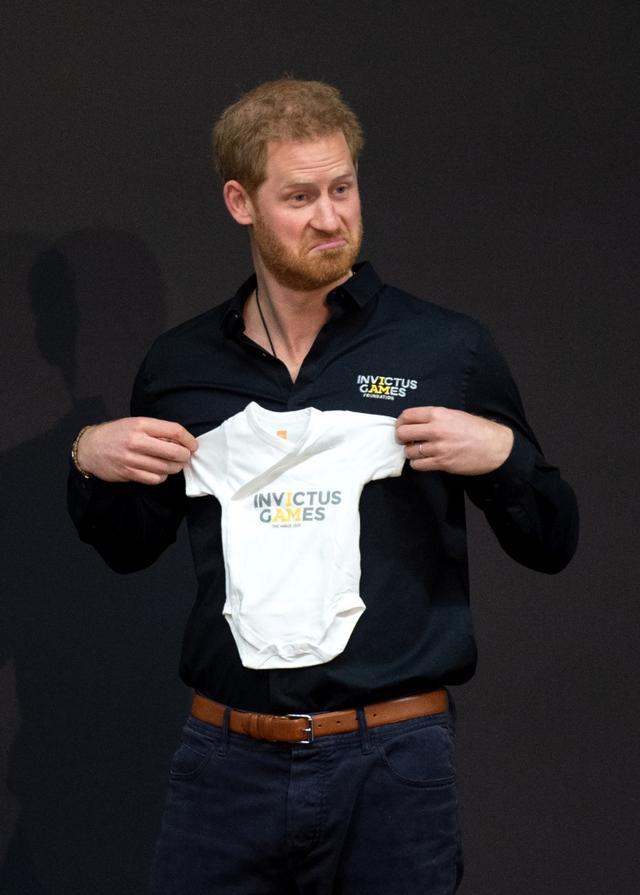"""画像5: ヘンリー王子、長男「アーチー」誕生後初の出張ですっかり""""パパの顔"""""""