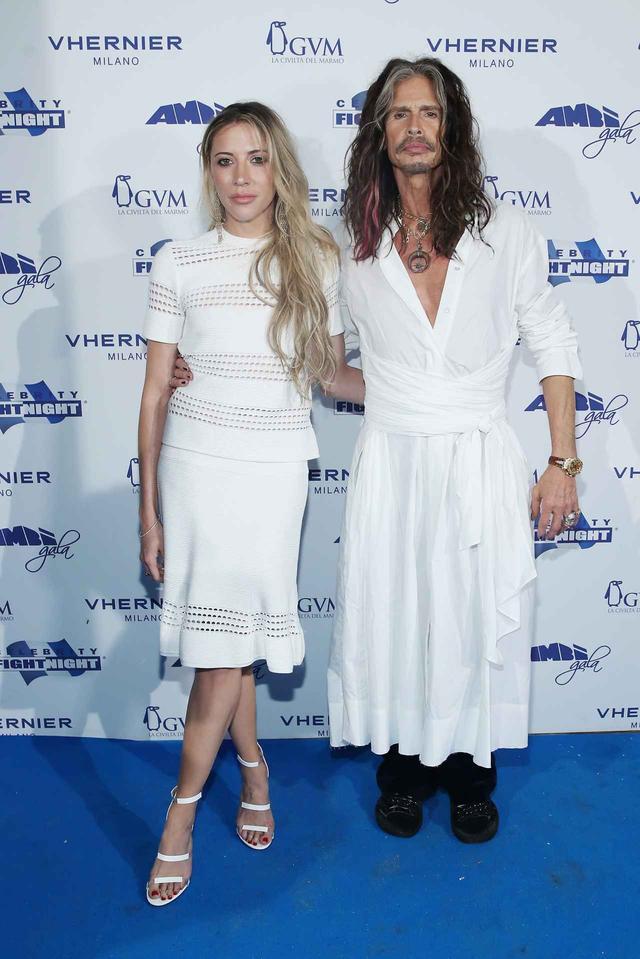 画像: エアロスミスのフロントマンであるスティーヴン・タイラーは、パンツの上から白のワンピースを着用。